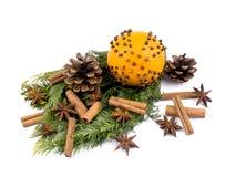 Laranja do Natal com especiarias e filiais do thuja Fotos de Stock