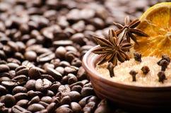 Laranja e açúcar secados em uma bacia nos feijões de café Fotografia de Stock Royalty Free