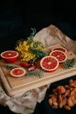 Laranja e flores em uma madeira Foto de Stock