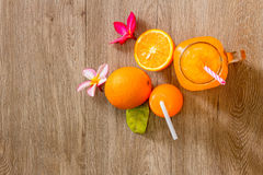Laranja e sumo de laranja frescos Fotos de Stock