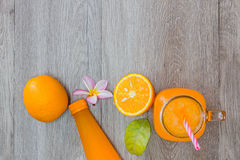 Laranja e sumo de laranja frescos Foto de Stock Royalty Free