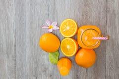 Laranja e sumo de laranja frescos Fotografia de Stock