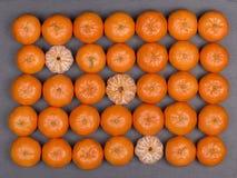 Laranja fresca, fruto da tangerina, teste padrão do mandarino, vista superior em um fundo preto da ardósia, fim acima Fotos de Stock