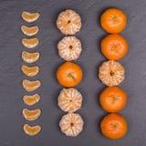 Laranja fresca, fruto da tangerina, teste padrão do mandarino, vista superior em um fundo preto da ardósia, fim acima Foto de Stock Royalty Free