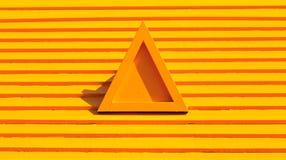 A laranja isolada do triângulo pintou a forma no telhado de madeira amarelo Foto de Stock