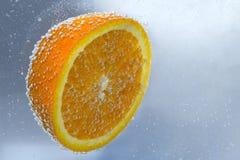 Laranja madura amarela com bolhas na água Imagem de Stock