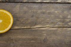 Laranja madura em uma tabela de madeira Fotos de Stock