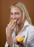 Laranja modelo comer fotos de stock