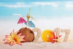 A laranja numera pelo contrário 0 em 2017, o coco, estrela do mar contra o mar Imagem de Stock Royalty Free