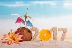 A laranja numera pelo contrário 0 em uma quantidade 2017, coco contra o mar Fotografia de Stock