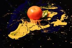 Laranja ou tangerina coberta com as pinturas Nutrição e arte do alimento fotografia de stock royalty free