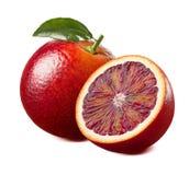 Laranja pigmentada vermelha com a folha isolada no fundo branco Imagens de Stock Royalty Free