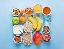 Laranja saudável Juice Water Green Tea Nuts de Honey Fruits Apples Banana Mango da farinha de aveia do café da manhã da fonte da  fotos de stock royalty free