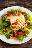 Laranja, tomates e alface grelhados da bruxa da salada do queijo de Halloumi Alimento saudável fotografia de stock