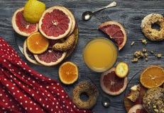 Laranja, toranja e limão na tabela com porcas e mel imagem de stock royalty free
