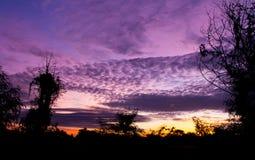 Laranja vermelha e roxa do por do sol do céu espantar-se foto de stock