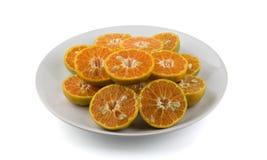 Laranjas cortadas no prato branco Foto de Stock