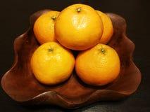 Laranjas do fruto no prato de madeira Imagem de Stock