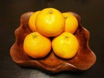 Laranjas do fruto no prato de madeira Fotos de Stock