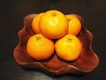 Laranjas do fruto no prato de madeira Imagem de Stock Royalty Free