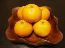 Laranjas do fruto no prato de madeira Fotos de Stock Royalty Free