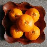 Laranjas do fruto no prato de madeira Imagens de Stock