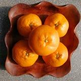 Laranjas do fruto no prato de madeira Fotografia de Stock
