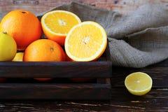 Laranjas e limões do citrino na gaveta Fotos de Stock Royalty Free