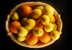 Laranjas e limões em uma cesta da palha Imagem de Stock Royalty Free