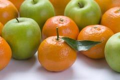 Laranjas e maçãs Foto de Stock Royalty Free