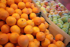 Laranjas e maçãs frescas Fotos de Stock Royalty Free