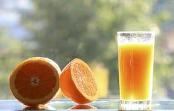 Laranjas e sumo de laranja fotos de stock