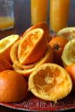 Laranjas e sumo de laranja espremidos Fotografia de Stock Royalty Free
