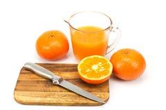 Laranjas e sumo de laranja frescos Imagem de Stock Royalty Free