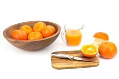Laranjas e sumo de laranja frescos Foto de Stock