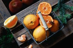 Laranjas e tangerinas na cesta imagens de stock