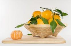 Laranjas frescas em uma cesta com fundo branco Com CCB branco Imagens de Stock