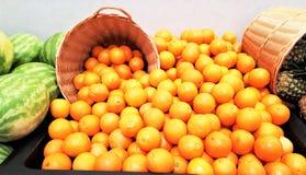 Laranjas indicadas com a melancia no mercado foto de stock royalty free