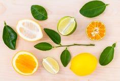 Laranjas, limão e cal misturados dos citrinos no backgroun de madeira Imagem de Stock Royalty Free