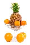 Laranjas, mandarino e abacaxi em uma bacia Fotografia de Stock Royalty Free