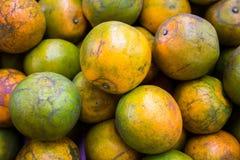 Laranjas no mercado super fotos de stock royalty free