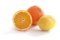 Laranjas orgânicas e limão isolados no branco Fotografia de Stock