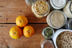 Laranjas orgânicas e variedade de cereais Foto de Stock