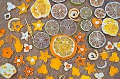 Laranjas secadas, tangerina, limão, cal no fundo de madeira Fotos de Stock Royalty Free
