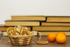 Laranjas secas da tangerina em uma cesta fotos de stock royalty free