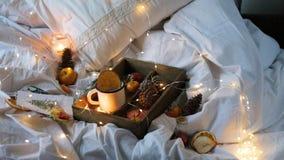 Laranjas secas do fundo do Natal, tangerinas doces em uma caixa, café em uma caneca branca video estoque