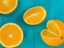 Laranjas suculentas maduras frescas e segmentos alaranjados Imagens de Stock