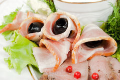 Lard coupé en tranches avec des olives Images libres de droits