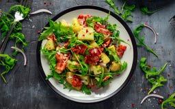 Lard croustillant frais, salade de pomme de terre avec le légume vert du plat Photographie stock libre de droits