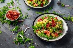 Lard croustillant frais, salade de pomme de terre avec le légume vert du plat Images libres de droits